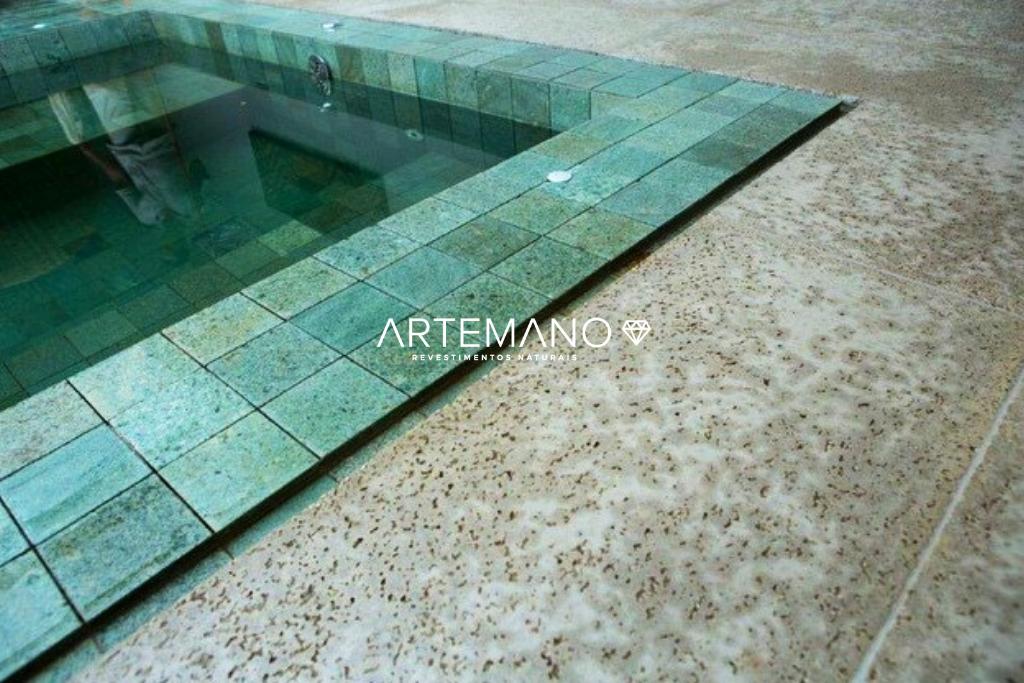 pedra para piscina hijau aplicada na parte interna e na borda
