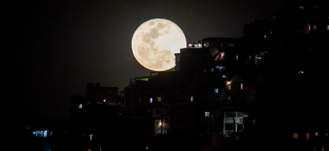 La superlune de 2014, à l'abri de la favela Providencia à Rio de Janeiro (YASUYOSHI CHIBA / AFP)