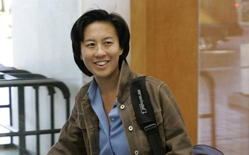 Mujer sonriendo para la cámara con una chaqueta negra  Descripción generada automáticamente con confianza media