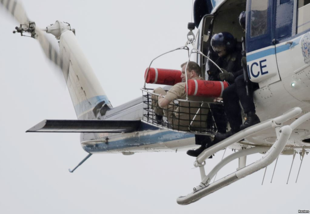 """В середине сентября 2013 года в штаб-квартире ВМС США в """"Вашингтон Нейви-Ярд"""" бывший работник базы 34-летний Аарон Алексис открыл стрельбу по военным. Он убил 12 человек, 8 получили тяжелые ранения. Сам Алексис был убит во время часовой перестрелки с полицией На фото – полицейский вертолет эвакуирует одного из военных с базы"""