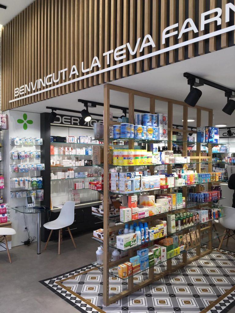 A imagem mostra uma farmácia italiana com detalhes em madeira, prateleiras de vidro e um tapete geométrico na perfumaria. Elementos como esses são interessantes quando se pensa em como organizar uma farmácia e ainda mais um setor como a perfumaria.