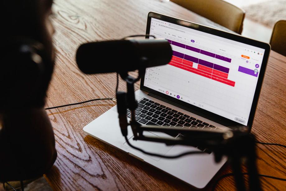 Designs.ai - Développez votre audience de podcasts avec ces 5 étapes simples, la planification et l'enregistrement des podcasteurs