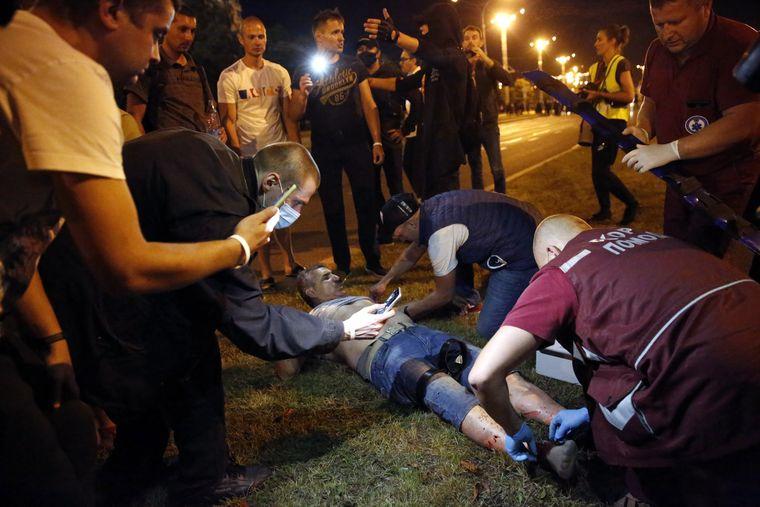 Врачи скорой помощи оказывают первую помощь пострадавшему протестующих во время столкновений с правоохранителями в Минске