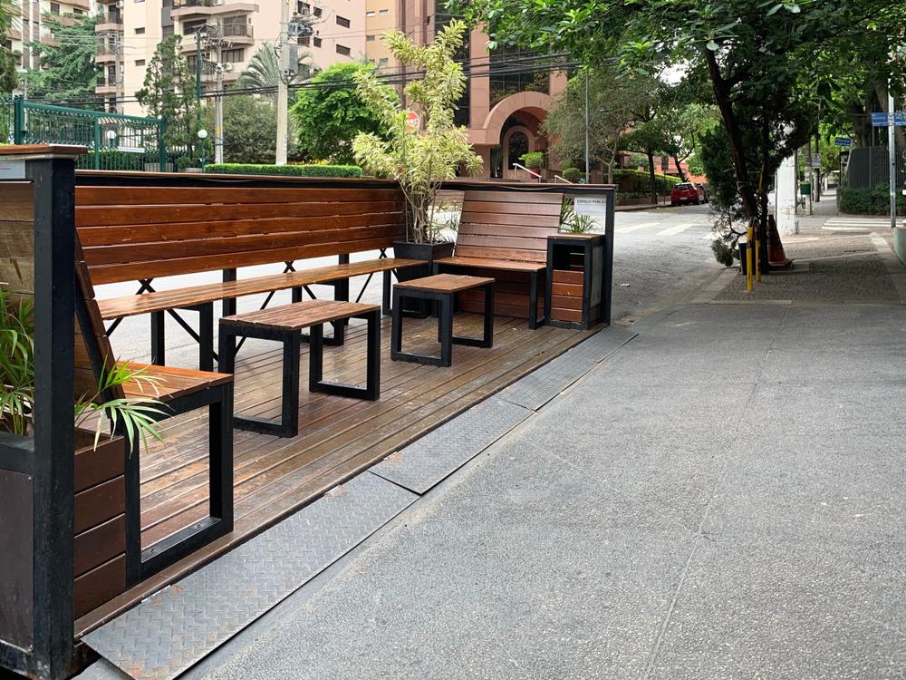 Áreas de vagas para carros podem ser utilizadas para melhorar o convívio entre as pessoas. (Fonte: Shutterstock)