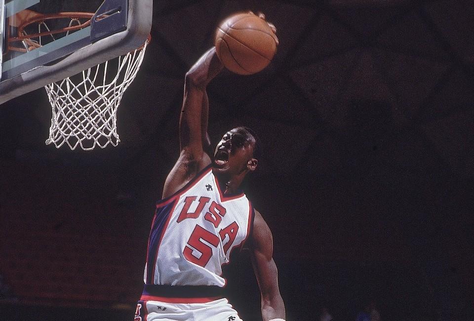 Un jugador de baloncesto  Descripción generada automáticamente