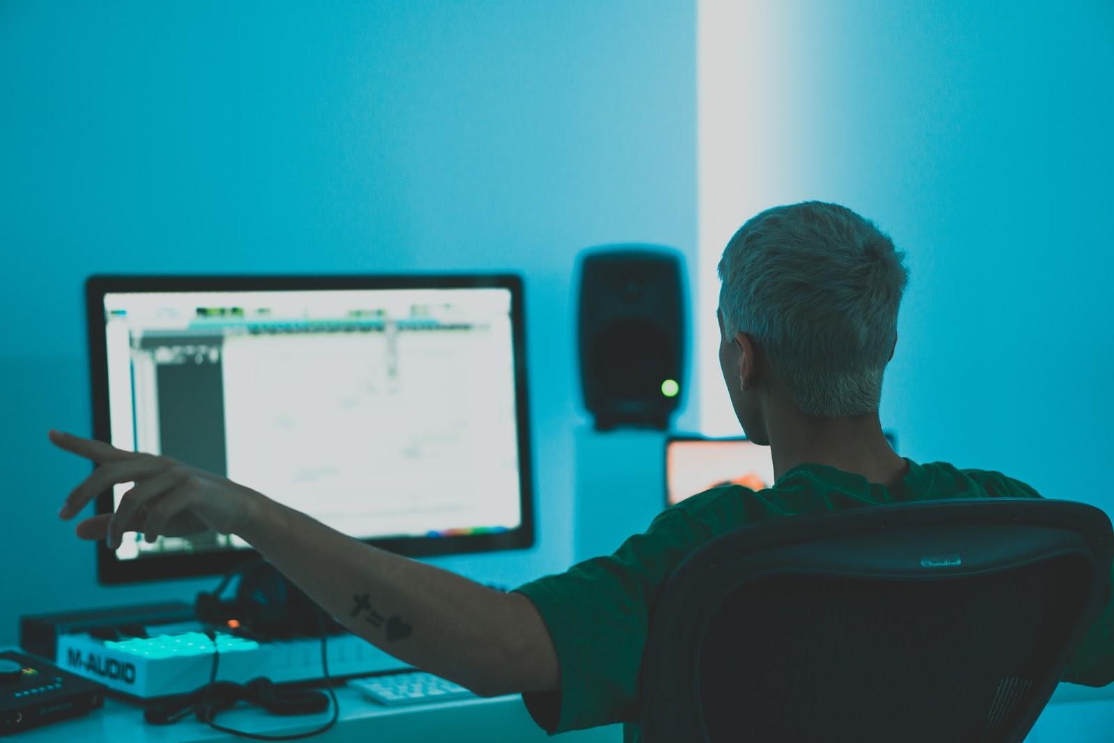 Produttore che padroneggia la musica