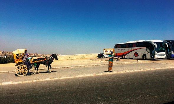 Єгиптяни зміста Гіза задесять доларів пропонують доправити туристів допірамід. Ще зап'ять доларів– зробити знімки біля пам'яток. Гіза розташована впустелі Сахара, вже навесні спека тут сягає 35 градусів