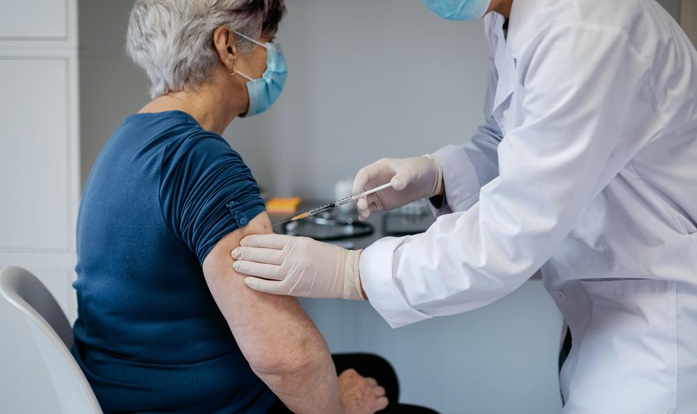 A fórmula apresentou um bom desempenho em idosos e outros públicos de alto risco. (Fonte: Shutterstock/Reprodução)