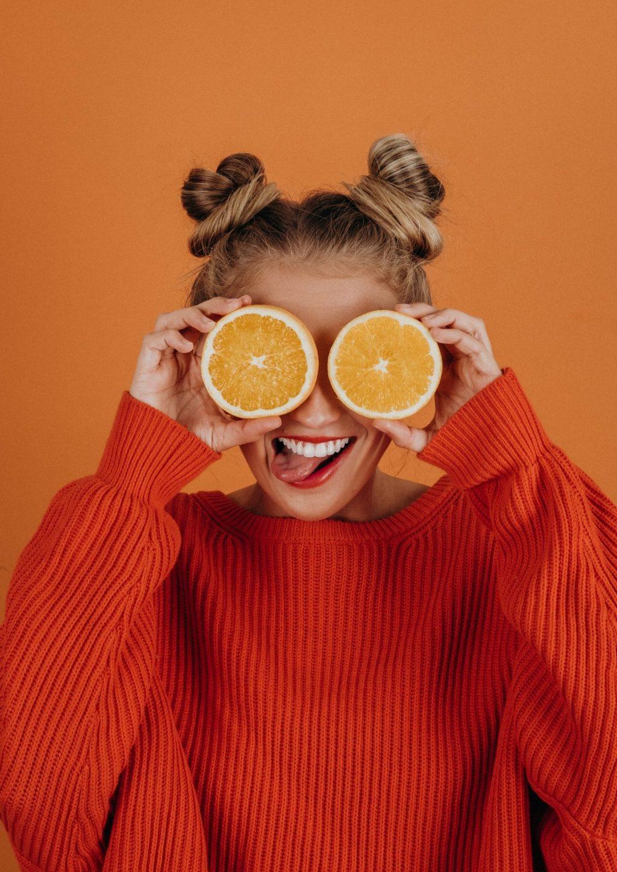 Cách trị hôi miệng-Cô gái cầm hai trái cam.