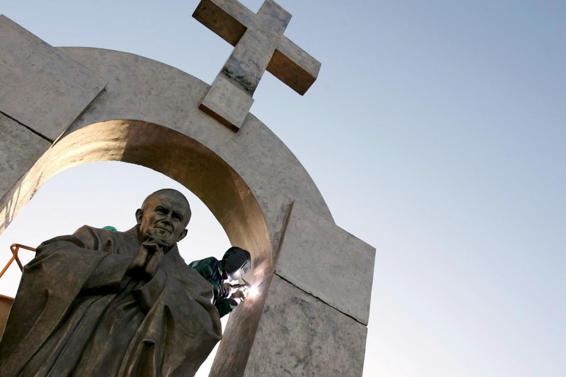 Tòa án Pháp ra lệnh dỡ bỏ Thánh giá trên tượng Đức Gio-an Phao-lô II
