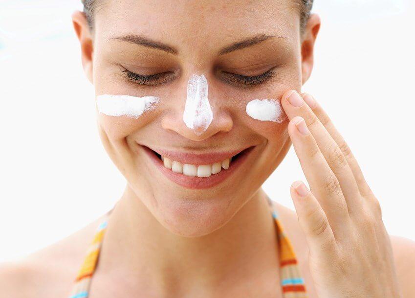 Thoa kem chống nắng để bảo vệ da