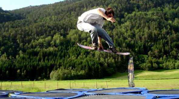 folgefonna-camp-trampoline-snowboarding.jpg
