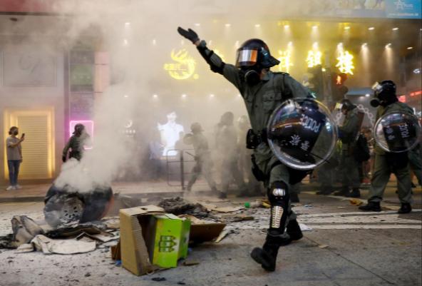 Protestas en Hong Kong llegan a nuevo límite con gas lacrimógeno y balas de goma