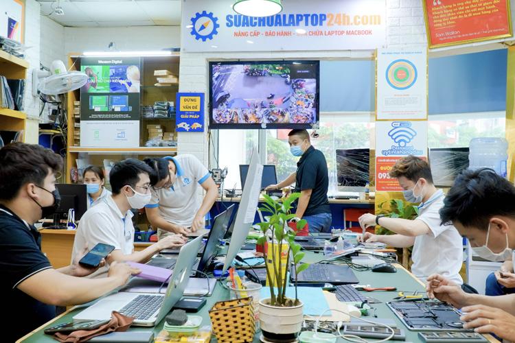 Kỹ thuật viên đang tiến hành kiểm tra máy khi nâng cấp RAM tại trung tâm