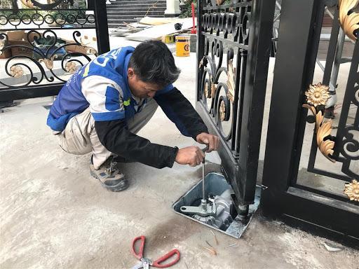 Công nhân bảo trì cổng âm sàn