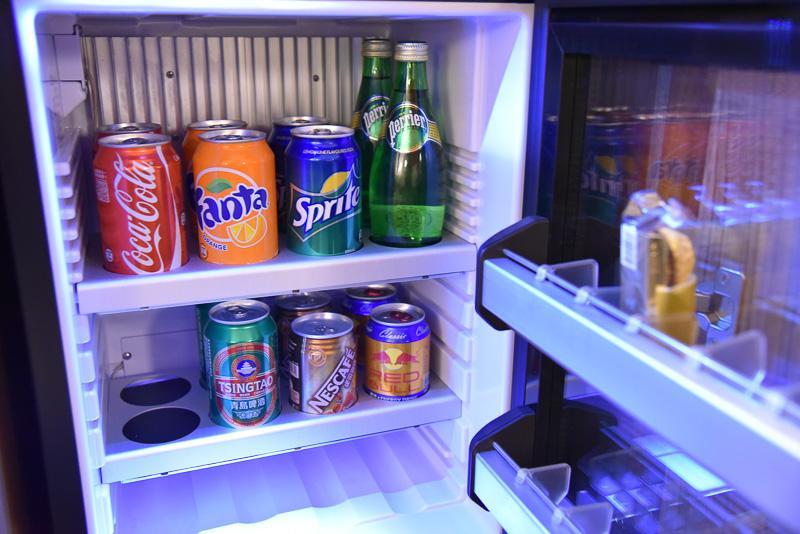 有料のミニドリンクバーにはファンタやレッドブル、スプライトなどおなじみの銘柄の飲料とチョコレートもある