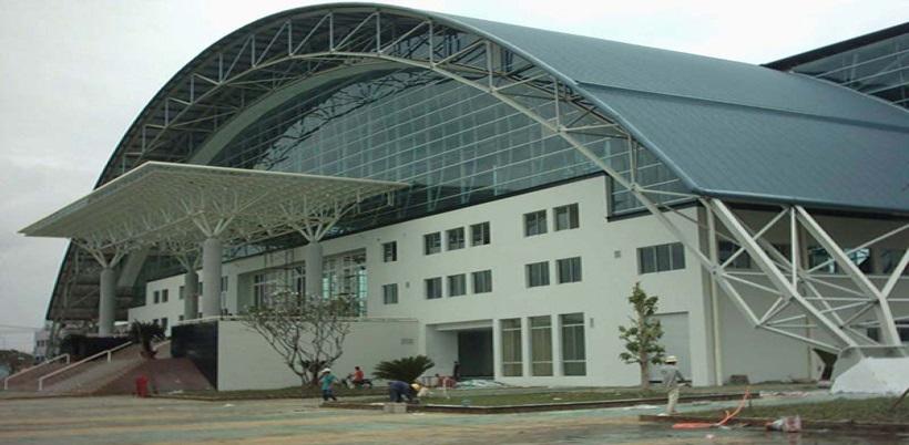 Mái tôn vòm lắp đặt ở nhà thi đấu tạo điểm nhấn cho công trình