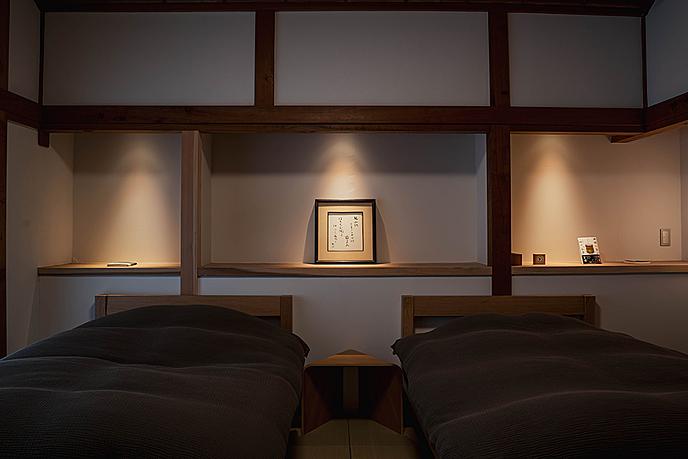 部屋に備えているベッドルーム  中程度の精度で自動的に生成された説明