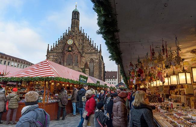 Người mua tấp nập ở hội chợ Giáng sinh tổ chức tại Nuremberg.