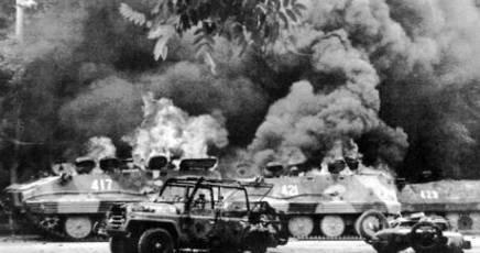 4_giugno 1989_blindati_in_piazza_tien_an_men_pechino.jpg
