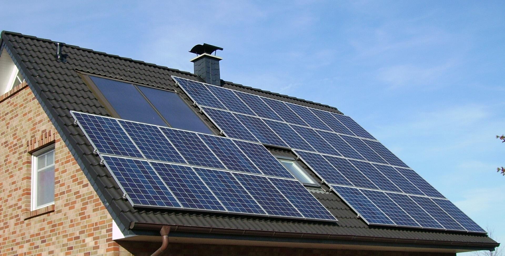 Toiture d'une maison avec des panneaux solaires photovoltaïques