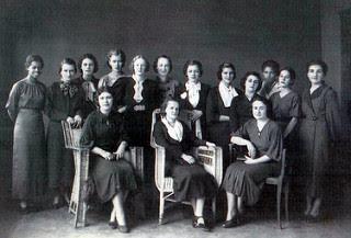 Enedina Alves Marques (à esquerda) entre outras professoras, em Rio Negro (PR)