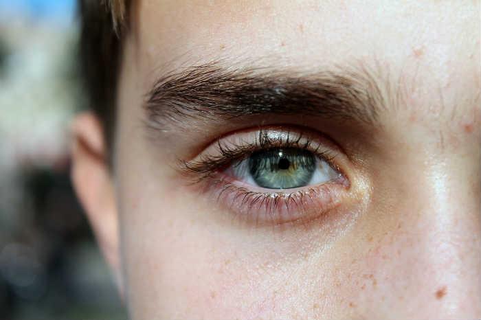 cejas perfectas de hombre sin tratamiento
