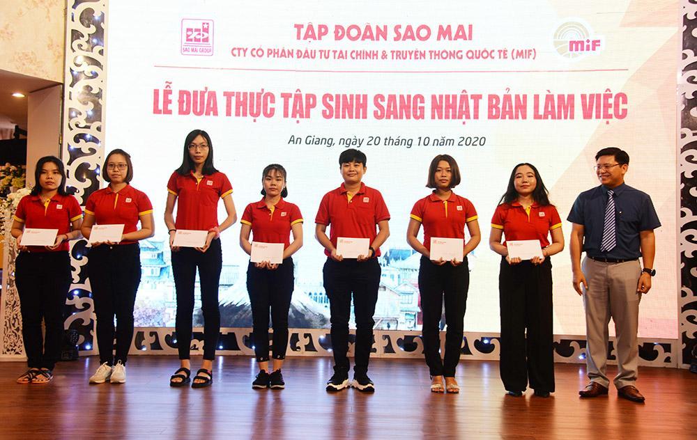 2. Ông Trương Vĩnh Thành - Phó Tổng Giám đốc Tập đoàn Sao Mai Khen thưởng cho các thực tập sinh có thành tích học tập xuất sắc
