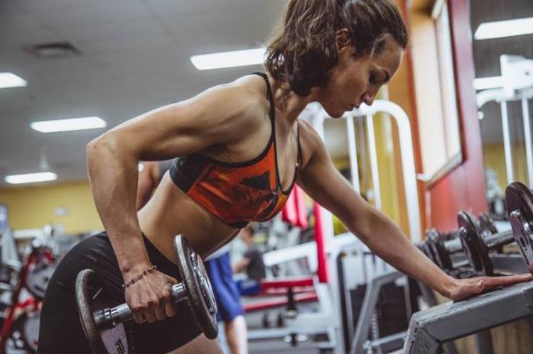 9 bài tập tạ tay cho nữ giúp bạn có thân hình thon thả