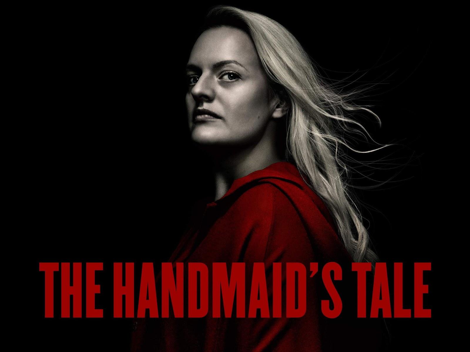 """Fundo preto com mulher de perfil ao centro. Sua pele e cabelo são acinzentados e sua roupa é vermelha. O escrito """"The Handmaid's Tale"""" na parte de baixo está em vermelho. Foto: Reprodução HULU"""