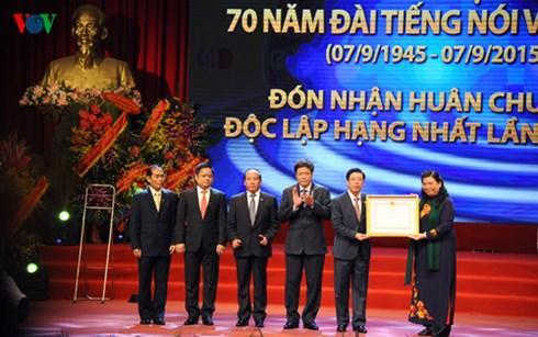 Phó Chủ tịch Quốc hội Tòng Thị Phóng trao Huân chương Độc lập hạng Nhất lần thứ 2 cho Đài TNVN