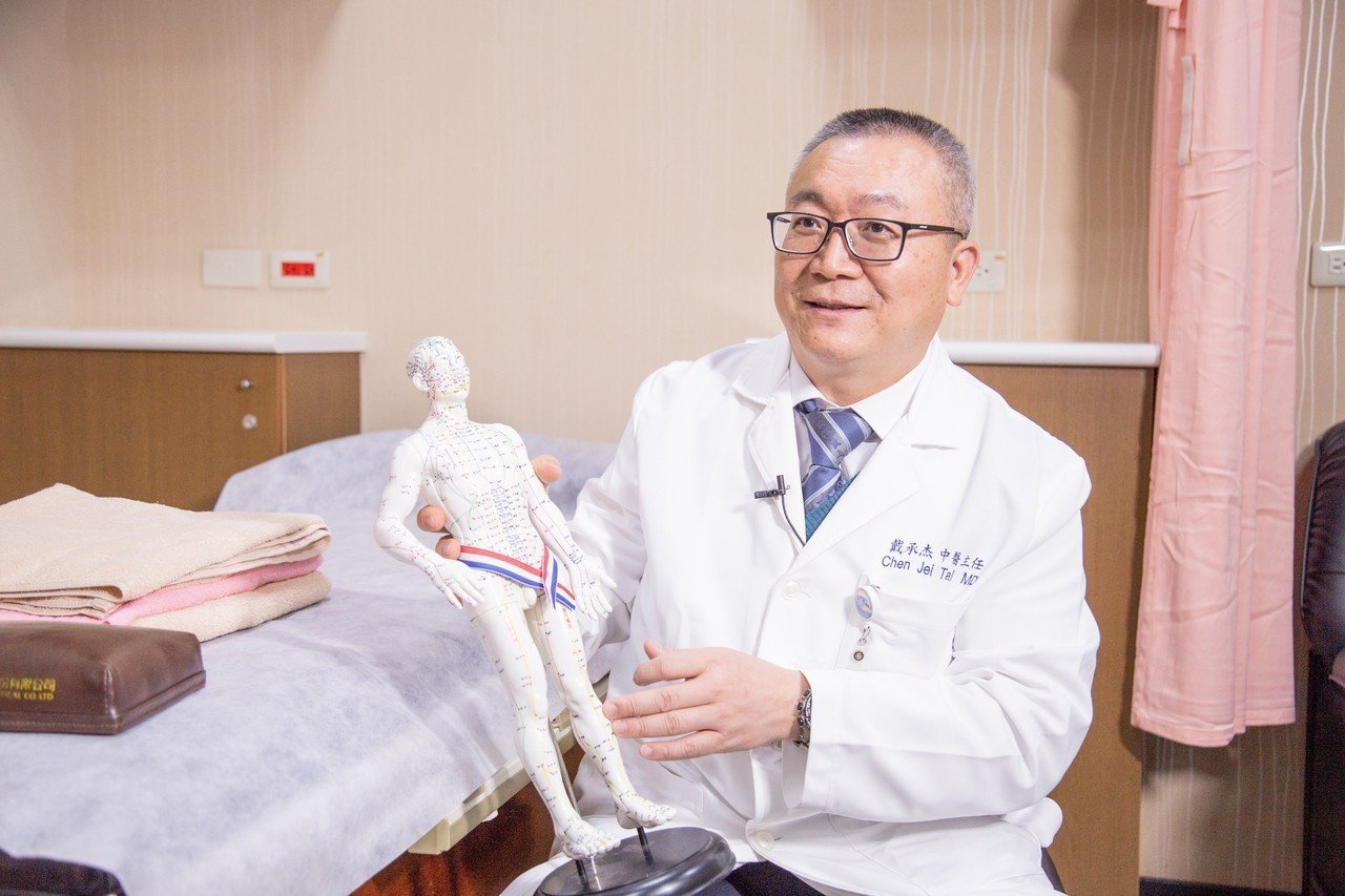 北醫傳統醫學科主任戴承杰醫師講解經絡穴位療法。圖/文 有.設計uDesign提供