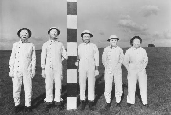 Como estos voluntarios para un ensayo con aerosoles de 1956, otros 21.000 participaron en el programa de guerra química y bacteriológica británico.