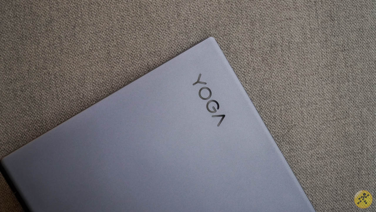 Logo Yoga được đặt lệch qua góc trên bên trái của mặt lưng