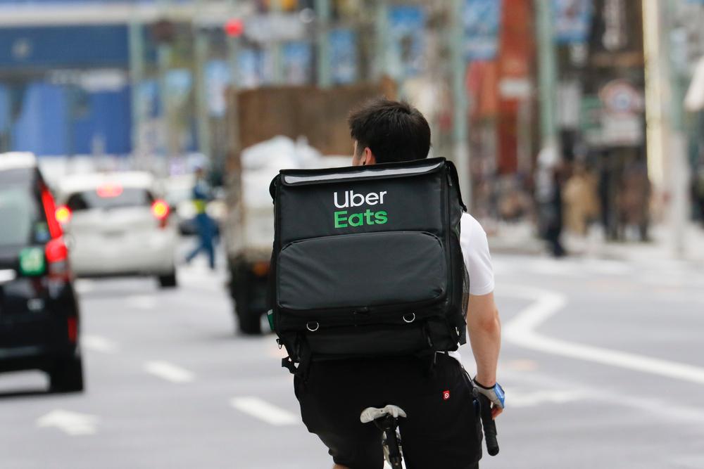 Entregador do aplicativo Uber Eats de bicicleta
