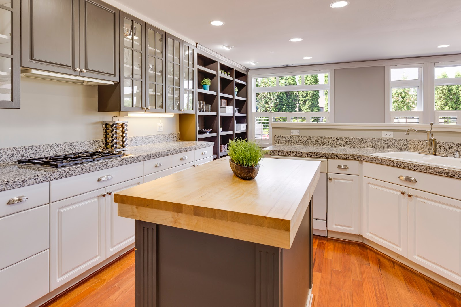 abrams home solutions prepare for a move decluttered kitchen clear shelving counter space chicago suburbs