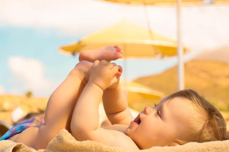 Tắm nắng giúp trẻ hấp thụ vitamin D3