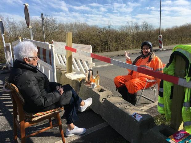 Tình yêu mùa dịch Covid-19: Cụ ông cụ bà tuổi 80 hàng ngày vẫn bắc ghế ngồi tâm tình cùng nhau ở biên giới Đan Mạch - Đức - Ảnh 2.