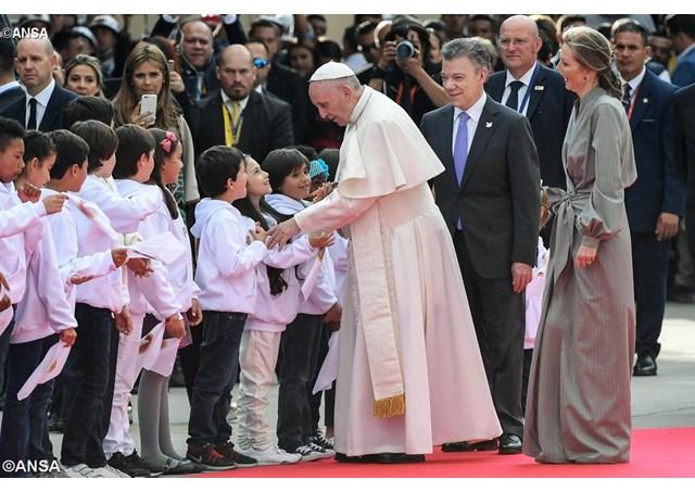 Những bước chân đầu tiên của Đức Thánh Cha Phanxico xuống Colombia
