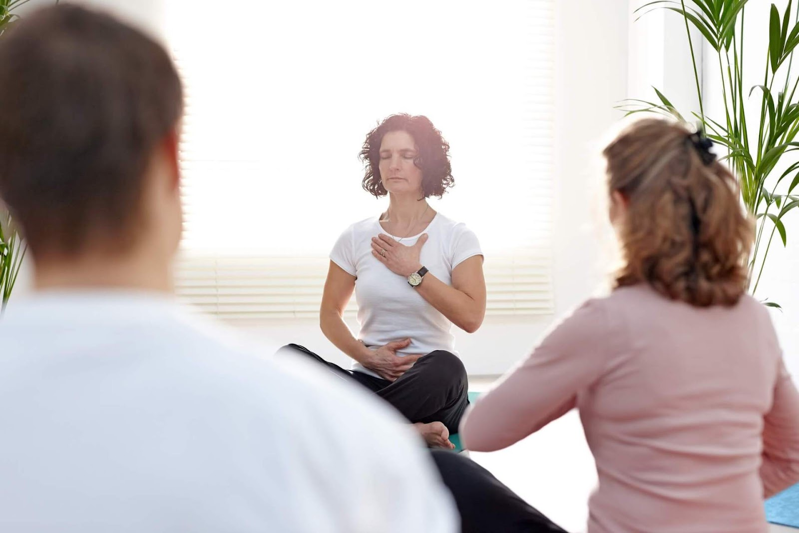 Os exercícios de respiração diafragmática ou conhecidos como Prayamas (Fonte: Incenso Fênix / Reprodução)
