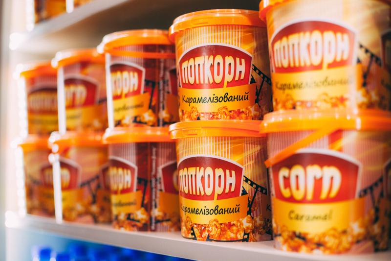 смачний карамелізований попкорн в кінотеатрі