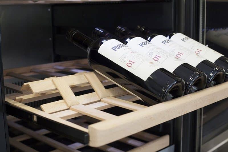 Chất liệu bên trong tủ bảo quản rượu vang