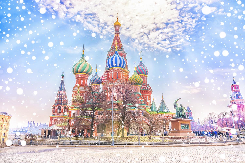 La Catedral Saint Basil de Moscú nevando