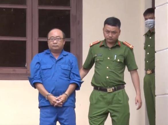 Cảnh sát dẫn giải bị can Phùng Thế Dũng từ phòng hỏi cung về lại nơi tạm giam.  Ảnh: Đặng Vinh (Công an Phú Yên)