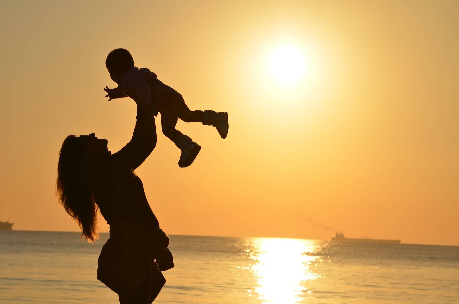 mamma-bambino-tramonto