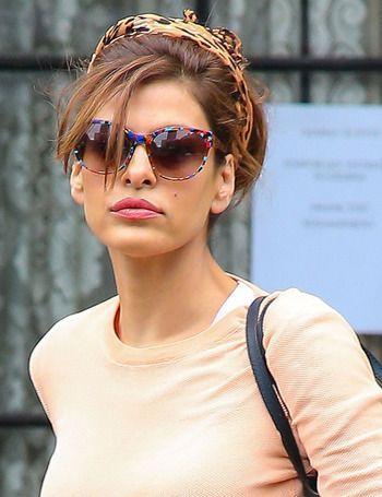 Nos encanta este modelo de gafas de sol que luceEva Mendes multicolor. Junto al pañuelo-diadema, son el complemento estrella del look de la actriz.