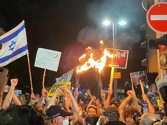 להבות במרכז תל אביב // צילום: דוברות המשטרה
