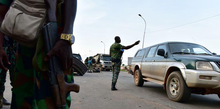 Des mutins patrouillent dans les rues de Bouaké, en Côte d'Ivoire, le 14mai 2017.