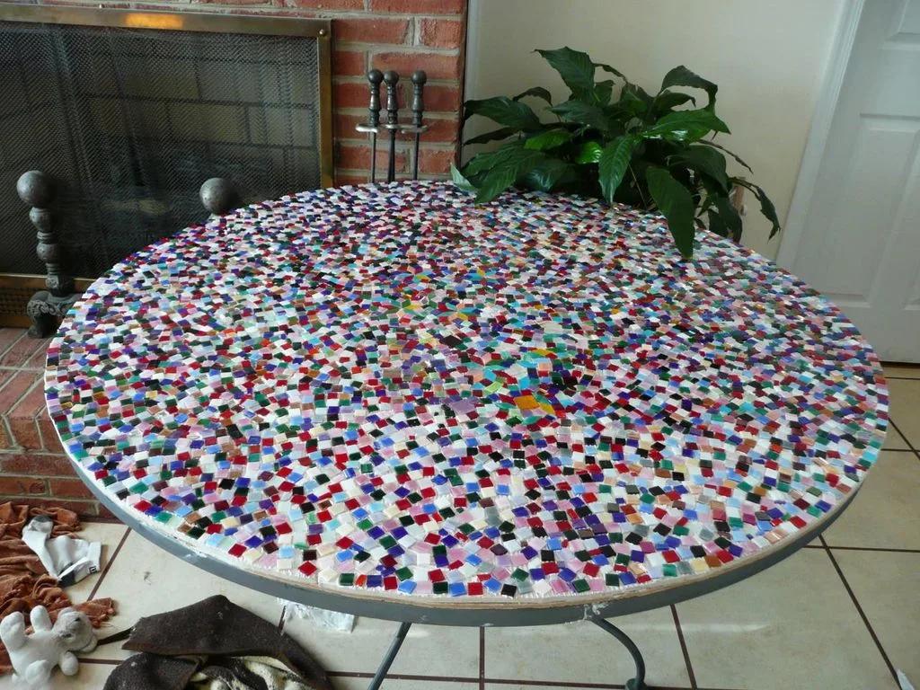 Круглый обеденный стол из керамической мозаики