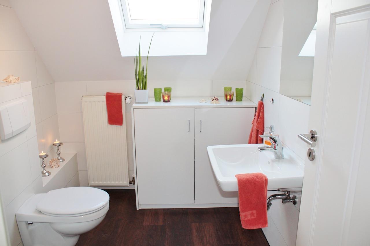 Um banheiro com uma janela com um basculante.